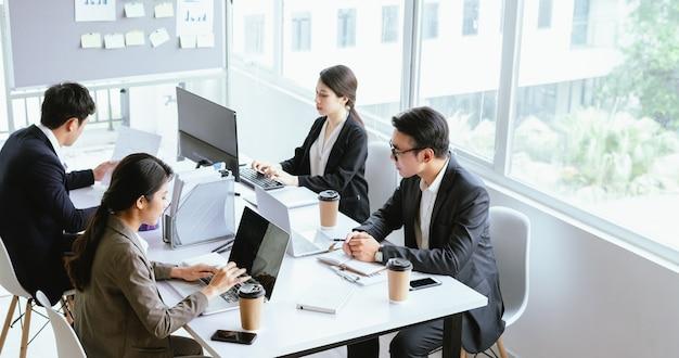 人々はオフィスで働くことに集中します