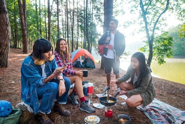 Люди дружба hangout путешествие назначение концепция кемпинга