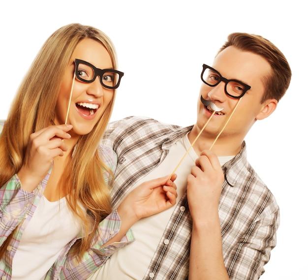 Концепция людей, дружбы, любви и досуга - прекрасная пара, держащая партийные очки на палочке