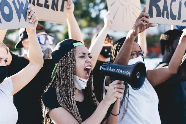 さまざまな年齢や人種の人々が路上で平等の権利を求めて抗議する