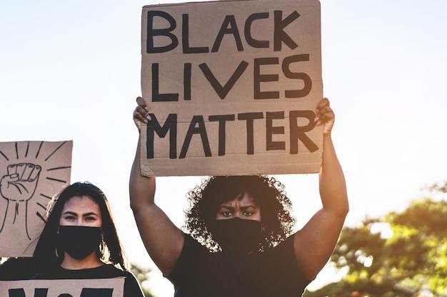 異なる文化や人種の人々が路上で平等の権利を求めて抗議する