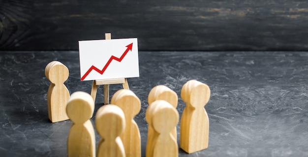 人々は会議に集まり、リーダー会議のスピーチを見るか、過去の期間のレポート分析と戦略計画