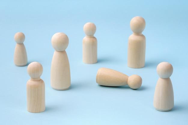 気分が悪くなったり失神したりするのを助けるために集まる人々。地面に横たわっている人