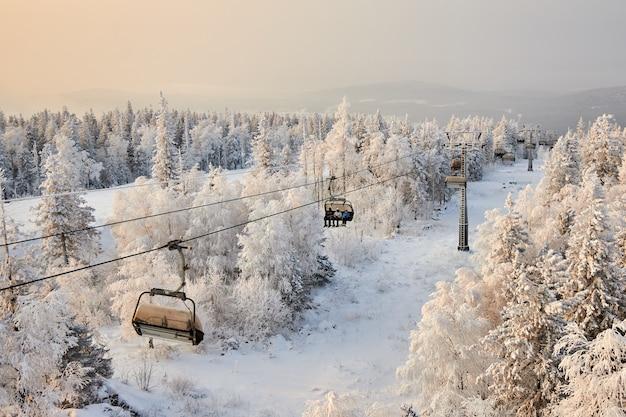 人々はスノーボードやスキー、冬のレクリエーションやスポーツに行きます。スノーボードで山を下るスキー、男性と女性の顔の面白い感情