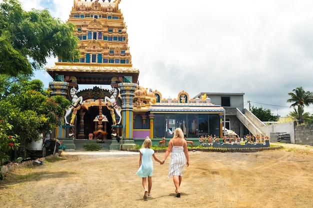 人々はインド洋のモーリシャス島にあるインドの寺院に行きます。