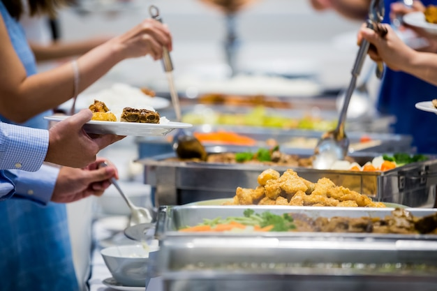 고기 다채로운 과일과 vegetabl와 고급 레스토랑에서 사람들이 그룹 케이터링 뷔페 음식 실내