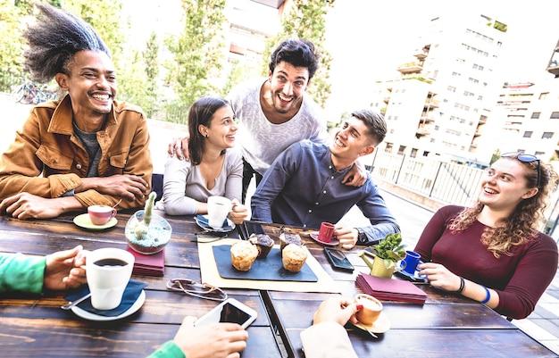 Группа людей, пьющих капучино в кафе-баре, ресторане