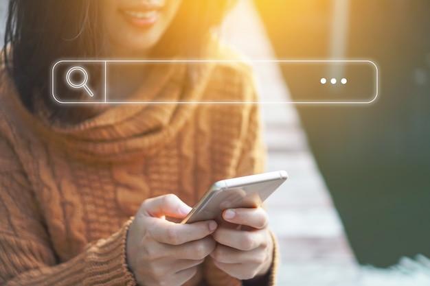 Люди рука с помощью мобильного телефона или смартфона, поиск информации в интернете интернет общество с иконой окна поиска.