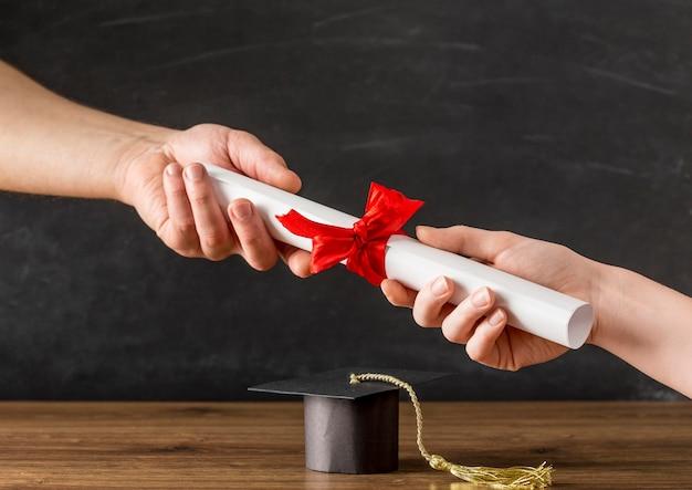 Люди вручают друг другу диплом