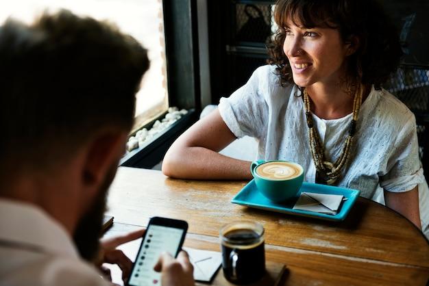 커피 숍에서 사람들이 함께 행 아웃