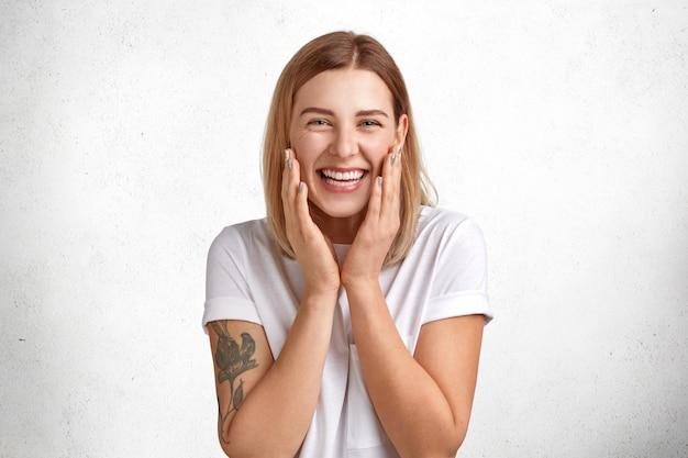 사람, 행복과 긍정적 인 감정 개념. 진지한 미소로 기쁘게 매력적인 여성 모델, 좋은 소식을 기뻐합니다.