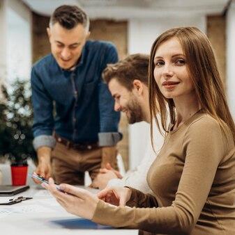 Люди вместе проводят деловую встречу
