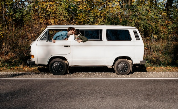 Люди едут в белом фургоне