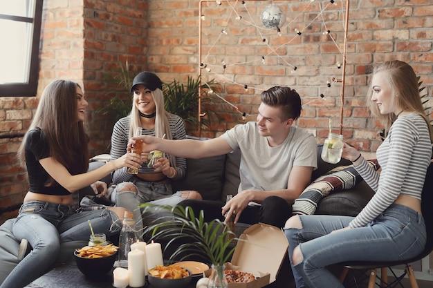ドリンクを飲みながらバーで祝う人々