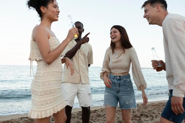 해변에서 즐거운 시간을 보내는 사람들 클로즈업