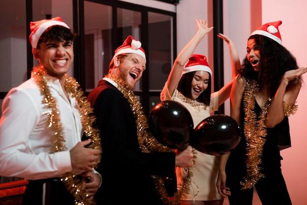 Люди веселятся на новогодней вечеринке