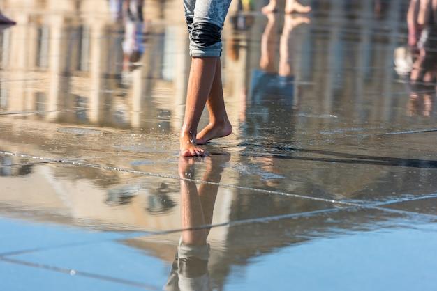 프랑스 보르도의 부르스 광장 앞 거울 분수에서 즐거운 시간을 보내는 사람들