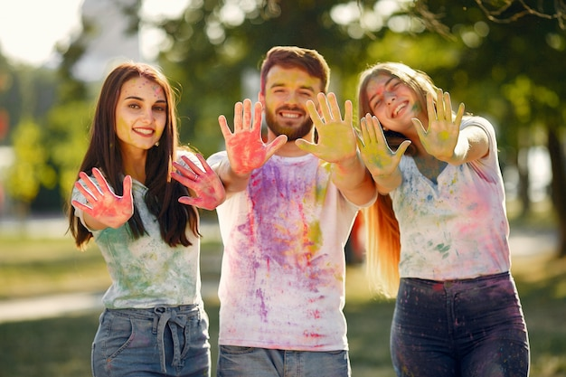 Люди веселятся в парке с красками холи