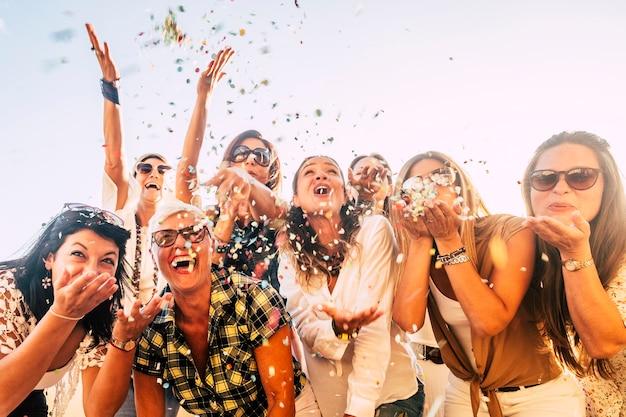 파티 축하 친구 개념에서 재미 사람들-함께 불고 컬러 색종이 웃고 젊은 성인 여성 그룹-혼합 활성 세대와 라이프 스타일에 대한 우정과 사랑
