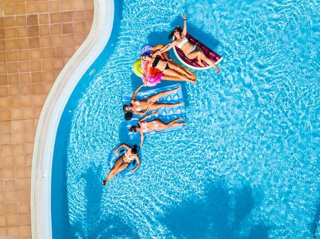 유행 컬러 풍선 매트리스 lilos와 함께 수영장에서 여름에 재미 사람들