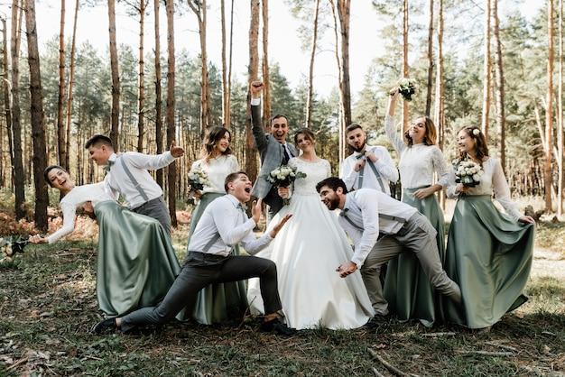 결혼식 날 신부와 신랑과 함께 즐기는 사람들