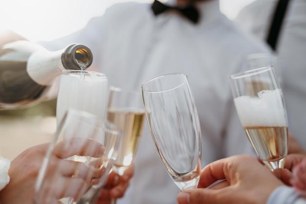 해변 결혼식에서 술을 마시는 사람들
