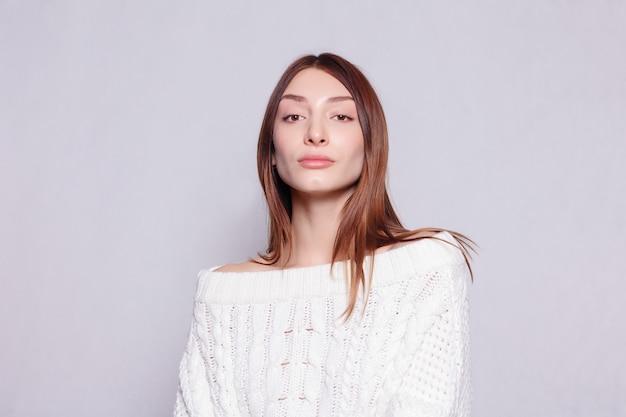 Люди, здоровье и концепция образа жизни - лицо красивой женщины крупным планом портрет молодой студии на сером. портрет молодой женщины со счастливыми эмоциями, улыбкой.