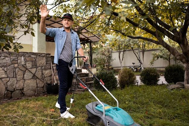 Люди помогают соседям с газоном
