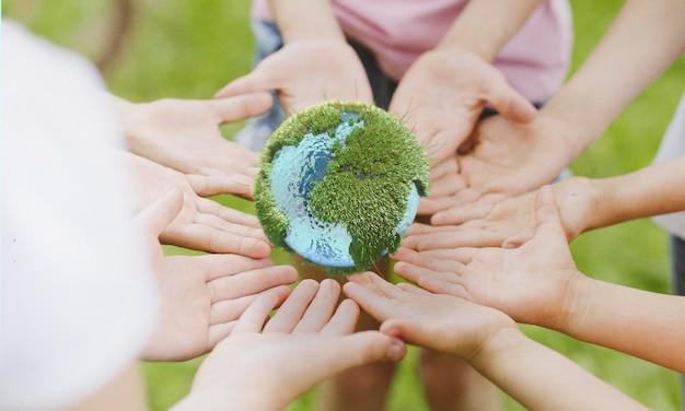Люди держат земную миниатюру