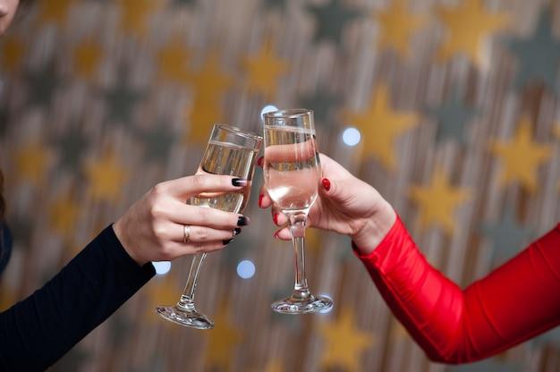 Люди держат бокалы шампанского, делают тост