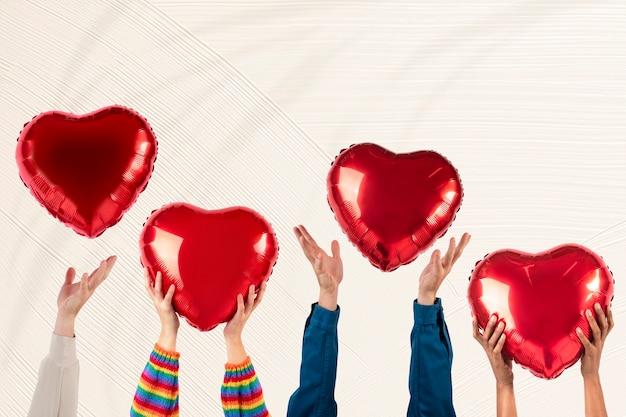 バレンタインのお祝いのリミックスメディアに心を抱く人々