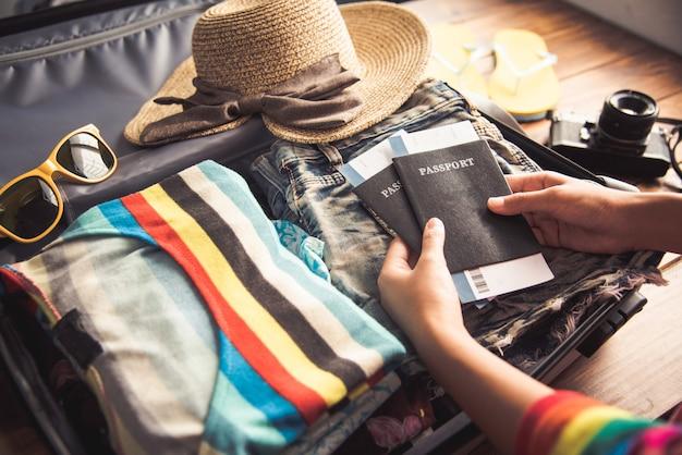 パスポートを持っている人、旅行用の荷物がある旅行用地図