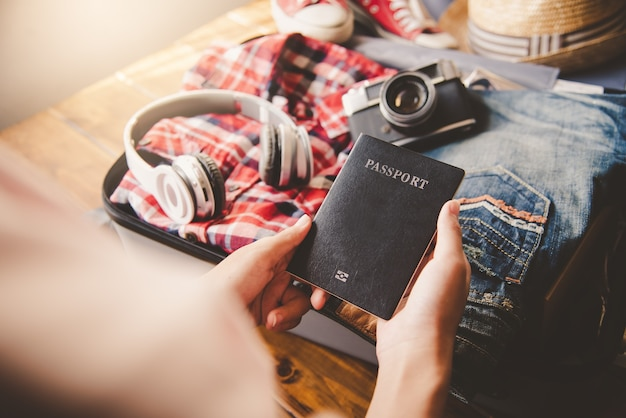 여권을 소지 한 사람, 여행용 수하물이있는 여행용지도
