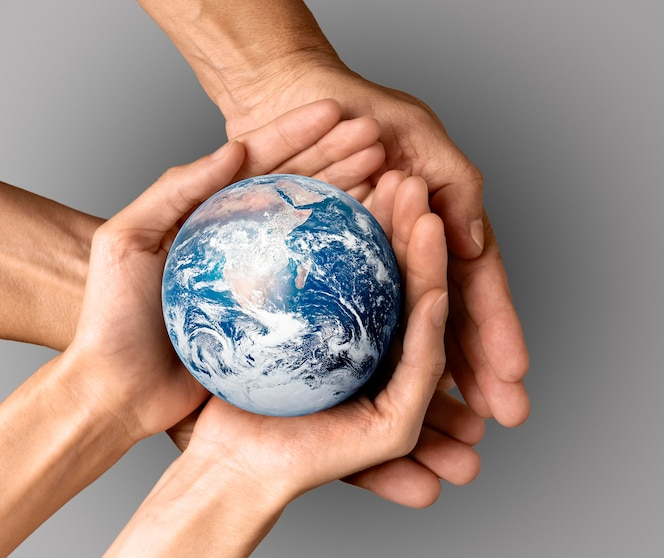 지구를 손에 들고있는 사람들