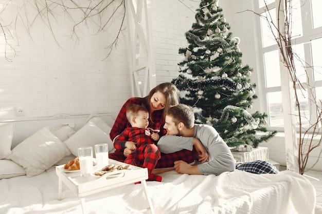Persone a casa. famiglia in pigiama. latte e croissant su un vassoio.