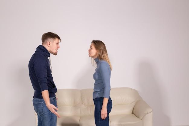 人々、家庭内暴力、虐待の概念-お互いに叫んでいる若いカップル
