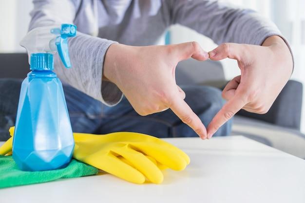 Люди, домашняя работа и концепция домашнего хозяйства - закрыть стол для рук для рук человека с тканью и спреем для моющих средств дома