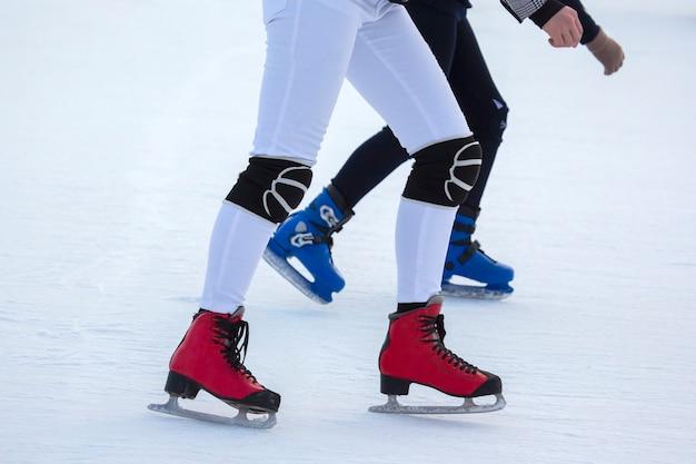 아이스링크에서 스케이트를 타는 사람들. 취미와 여가. 동계 스포츠