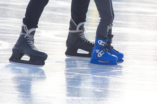 아이스 링크에서 스케이트를 타는 사람들. 취미와 여가. 동계 스포츠