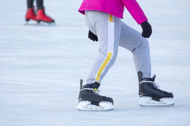 아이스 링크에서 스케이트를 타는 사람들. 취미와 스포츠. 휴가 및 겨울 활동.