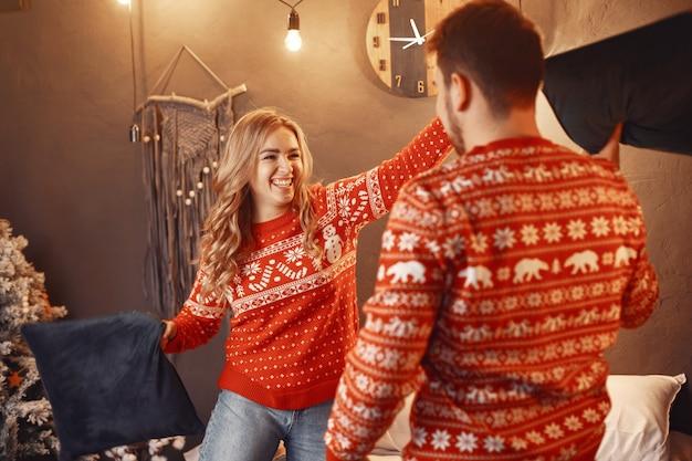 クリスマスの飾りの人々。赤いセーターの男と女。