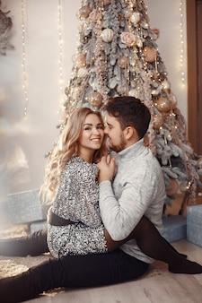 クリスマスの飾りの人々。灰色のセーターを着た男。