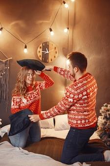 크리스마스 장식에있는 사람들.