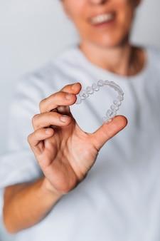 歯科用透明アライナーの製造工程で働く歯科技工所の人々