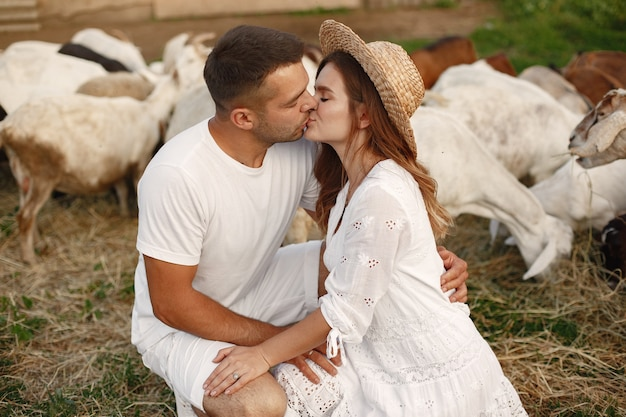 農場の人々。ヤギとカップル。白いドレスを着た女性。