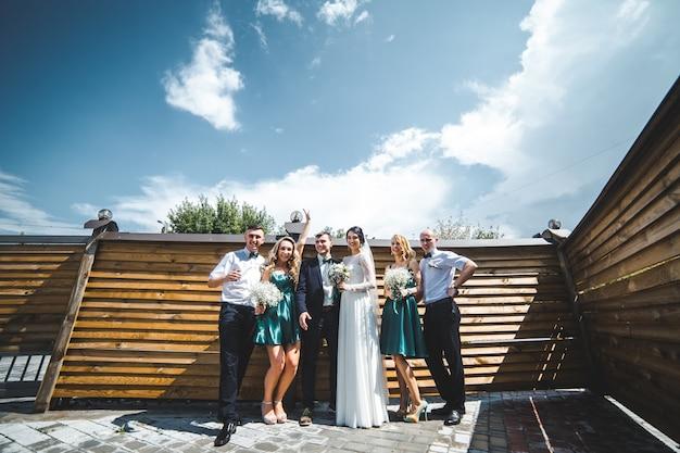 裏庭の人々が結婚式を祝う