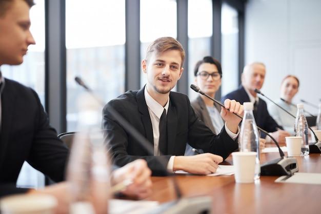 ビジネス会議の人々