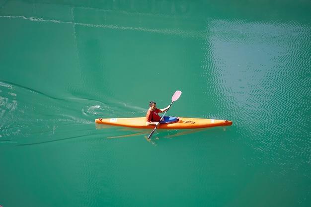 스페인 빌바오 강에서 카누를 타는 사람들