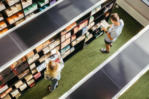 대학 도서관에있는 사람들