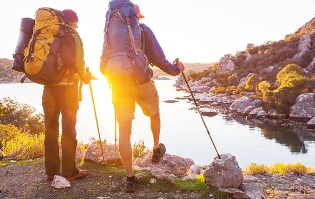 山でハイキングをしている人